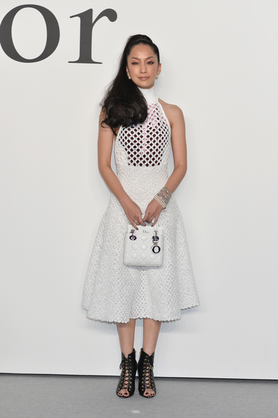 中島美嘉婚後出席時尚活動,左手鑽石婚戒很閃亮。(Keith Tsuji/Getty Images for Dior)