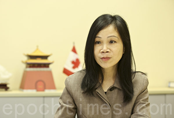 雷立得移民事务所顾问陈小仪。(余钢/大纪元)