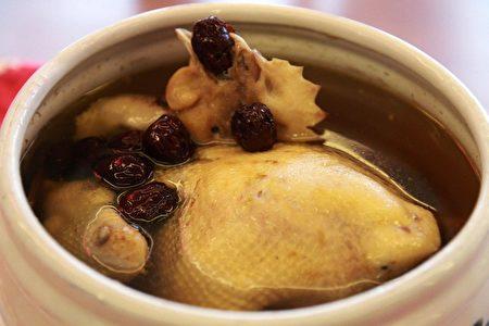 """中国文化中年菜一定要有一整只鸡,意味""""起家""""、""""兴家""""。(大纪元)"""