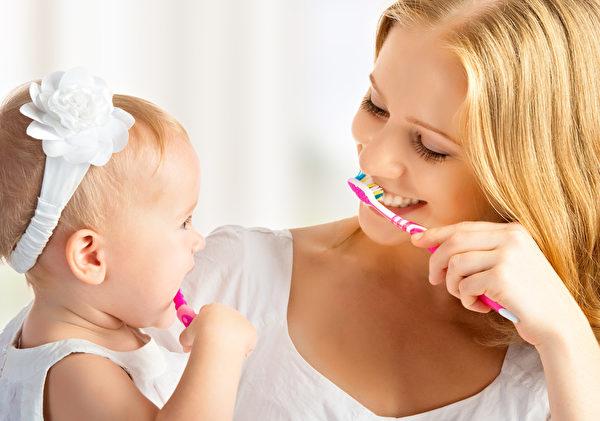 """现代饮食有不少酸性食物,如清凉饮料、果汁、红酒、水果茶、部分水果和蔬菜以及甜醋,它们会""""酸蚀""""牙齿的珐琅质。进食后,稍待30-60分钟才是刷牙的好时机。(Fotolia)"""