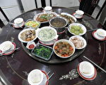 一台湾家庭的年夜饭。(陈正洪/大纪元)
