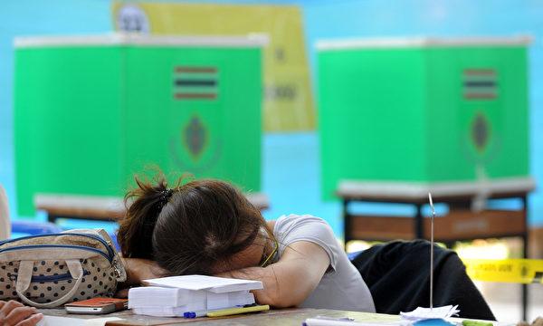 中医强调藉由子午睡以达养生目的,主要是子、午二时为人体阴阳二气转换之际,最需要休息,否则易致二气耗散,让人感到十分疲累。(注:子时即在晚上十一时至凌晨一时,午时则是上午十一时至下午一时)。(AFP/Manjunath KIRAN)