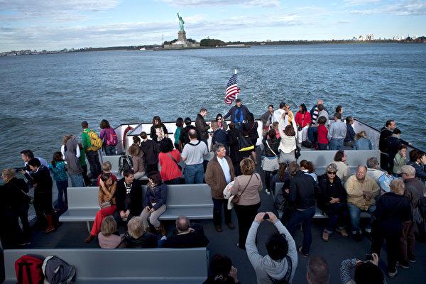 旅客乘游轮前往参观自由女神。(Kena Betancur/Getty Images)