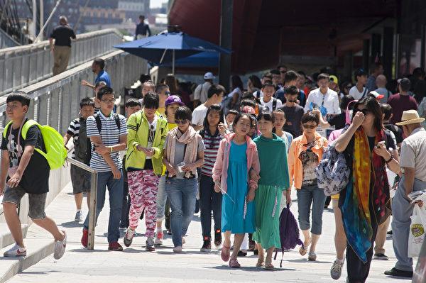 2014年7月纽约码头上的中国游客和夏令营的学生。(戴兵/大纪元)
