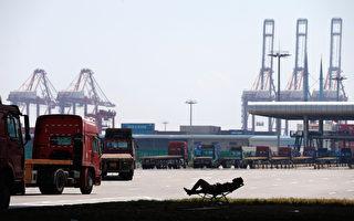 中國1月份進出口雙雙下跌,遠遠超出了分析人士的預期,有分析稱外貿數據顯示中國經濟面臨更大的下行壓力。(STR/AFP)