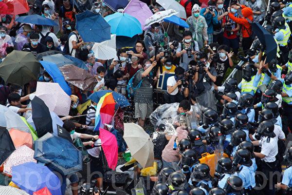 面對香港特首梁振英當局出動防暴警察鎮壓佔中,數以萬計的市民在政府總部旁無懼胡椒噴霧和催淚彈,和平理性的要求特首梁振英下台,誓爭真正的普選。(潘在殊/大紀元)