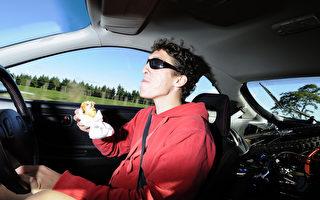 新一波汽车安全技术将运用眼球监控科技让驾驶更安全。如果驾驶时,你的视线偏离路面,汽车的监控系统就知道你分心了。(Fotolia)