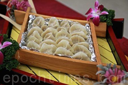"""年菜中的饺子表征元宝,象征""""招财进宝""""。(大纪元)"""