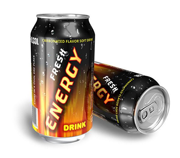 能量饮料含有害健康的大量咖啡因和糖分。在重要时刻过度服用咖啡因很容易因小失大。一罐能量饮料虽能让人立即集中精神,但专家表示,连续喝数罐会产生反效果,主要是个人会变得过度警觉,难以处理眼前资讯。(Fotolia)