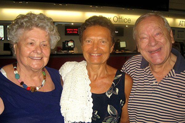 匈牙利籍的Frank Adorjan和Agnes Adorjan夫妇及友人Irene Papp一同观赏了1月31日在黄金海岸的神韵演出(陈紫吟/大纪元)