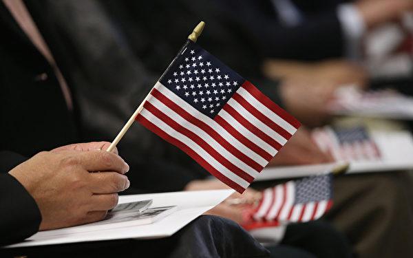 美国公布了2014年度获得EB-5投资移民签证人数的国家排名:1万名移民中,有8,308个中国人,台湾和香港分别排在第3和15位。(John Moore/Getty Images)