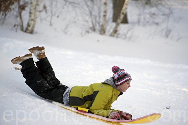 2015波士頓大風暴後,兒童們享受飆雪及玩雪的樂趣。(攝影:徐明/大紀元)