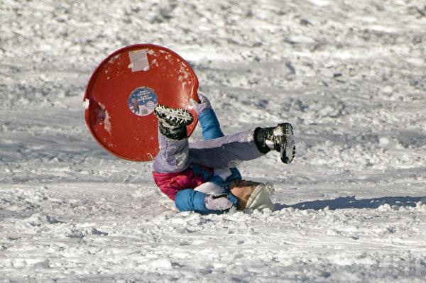 玩雪一不小心,跌個兩腳朝天 2015波士頓大風暴後,兒童們享受飆雪及玩雪的樂趣。(攝影:徐明/大紀元)