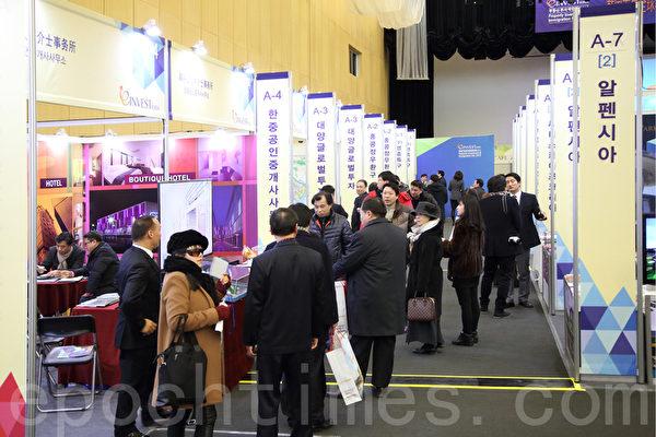 """由大纪元韩国支社主办的韩国""""首届全球华人房地产投资和移民博览会""""于201由大纪元韩国支社主办的韩国""""首届全球华人房地产投资和移民博览会""""于2015年1月31日至2月1日在仁川松岛国际会展中心举行。中国客户洽谈气氛热烈。(全宇/大纪元) 5年1月31日至2月1日在仁川松岛国际会展中心举行。中国客户洽谈气氛热烈。(全宇/大纪元)"""