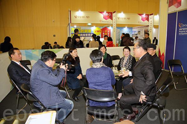 """由大纪元韩国支社主办的韩国""""首届全球华人房地产投资和移民博览会""""于2015年1月31日至2月1日在仁川松岛国际会展中心举行。中国客户洽谈气氛热烈。(全宇/大纪元)"""