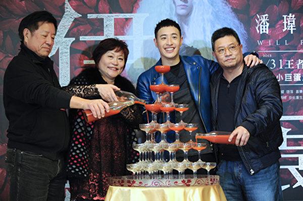 潘瑋柏和爸爸、媽媽開心慶功。(環球音樂提供)