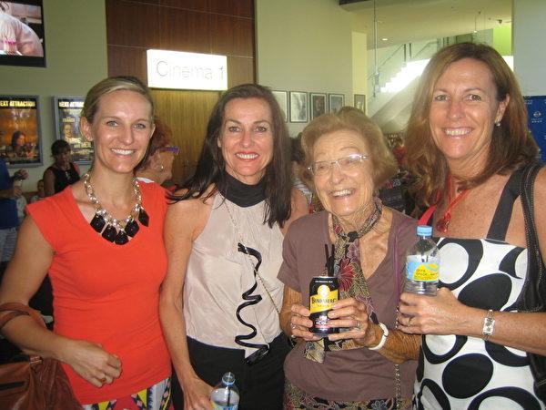 Nicole Hutchison(左一)与外祖母(左三)、母亲(左四)、姨妈(左二)观看了2月1日黄金海岸的神韵演出。(陈紫吟/大纪元)