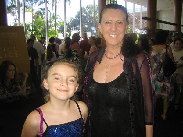 2月1日,Jenny Caston和孙女非常喜欢在黄金海岸艺术中心观看的神韵演出。(陈紫吟/大纪元)