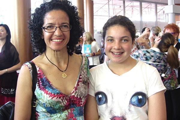 2月1日,Aixa Spence(左)带着女儿Bella(右)到黄金海岸艺术中心观赏神韵演出。(箫玉英/大纪元)