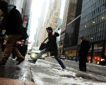 紐約曼哈頓街道冰﹑雪混合﹐路人小心行走。(Spencer Platt/Getty Images)