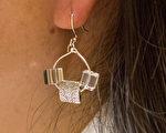 富有個性化的耳環完成了。(許心如/大紀元)