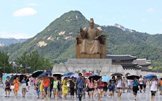 韓國和日本仍是中國遊客出境遊的熱門目的地。圖為首爾光化門前的中國遊客。(全宇/大紀元)