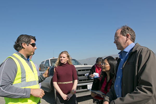硅谷紐比垃圾場主動邀請大紀元和社區人士參觀垃圾場。(馬有志/大紀元)