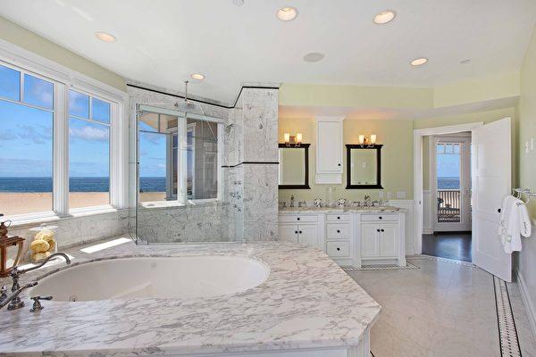 图:加州橙县海滨小镇日落滩(Sunset Beach)最近新上市的一栋风景绝佳的临海豪宅,是2008年建成的科德角式杰作,别具一格的卓越设计给人以非同寻常的感受,精湛细腻的建筑工艺在细节处彰显奢华完美。(地产经纪人霍顿团队提供)