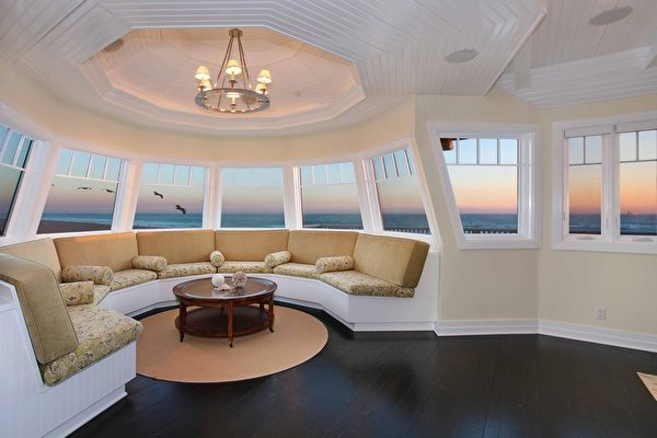 图:加州橙县海滨小镇日落滩(Sunset Beach)最近新上市一栋风景绝佳的临海豪宅。图为其设计独特的十边形观景室。(地产经纪人霍顿团队提供)