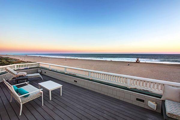 图:加州橙县海滨小镇日落滩(Sunset Beach)最近新上市一栋风景绝佳的临海豪宅,视野开阔,将诗情画意的日落滩海景尽收眼底。(地产经纪人霍顿团队提供)