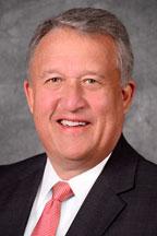 西維吉尼亞州副州長、州參議院議長William P. Cole III和州參議院書記官Clark S. Barnes聯署向神韻藝術團頒發「藝術卓越獎」。(圖片來源:官方網站。)