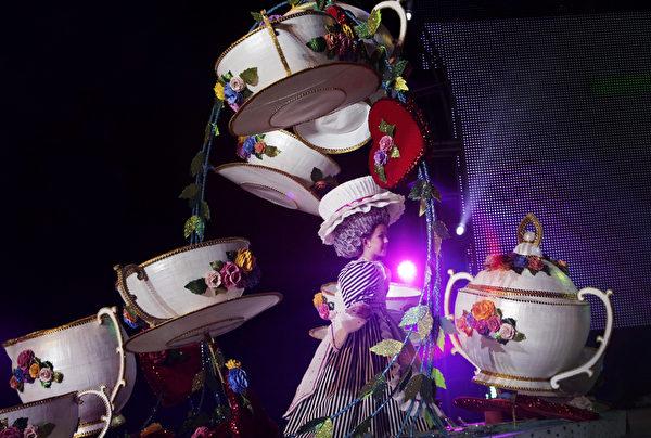 """2月1日,西班牙圣克鲁斯""""嘉年华儿童之后""""选举,候选人在台上尽展浑身解数。(DESIREE MARTIN/AFP)"""