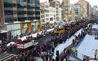 新英格兰爱国者队为庆祝超级杯胜利于2月4日在波士顿市中心搭乘鸭子船游行,上百万粉丝夹道欢迎。(宁静/大纪元)