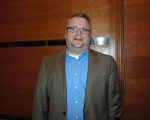 西维州政府副财务主管Bryan Archer深为神韵精彩绝伦的演出感到陶醉。(李辰/大纪元)