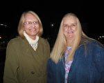 FBI华盛顿DC的一位前情报人员Jackie Mclaughlin(右)和Mary Mclaughlin观看了神韵巡回艺术团2月4日晚在西维吉尼亚州查尔斯顿的第二场演出。(李辰/大纪元)