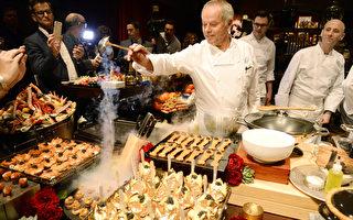 來自奧地利的明星名廚帕克在記者會現場揮勺烹製。(Kevork Djansezian/Getty Images)