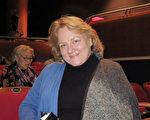 注册会计师Sarah Martin 女士2月4日晚在西维吉尼亚州的查尔斯顿Clay Center剧院观赏神韵巡回艺术团在当地的第二场演出。(林南/大纪元)