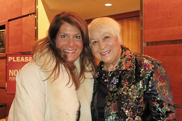 西維吉尼亞州Elite Performance Academy表演學校的擁有者、藝術總監和舞蹈老師Marlo Preston女士(左)和母親。(林南/大紀元)