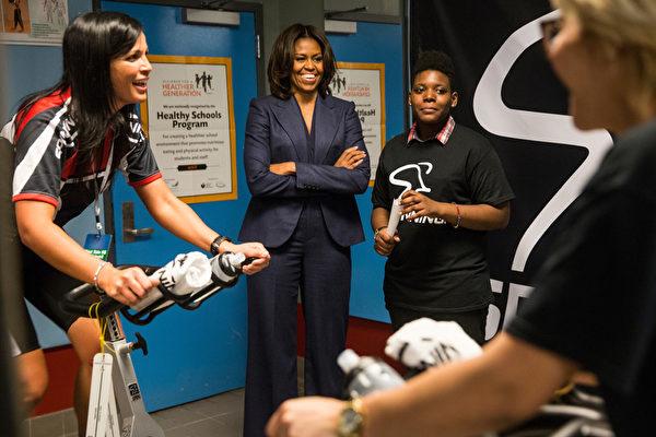 2015年2月5日,美國第一夫人米歇爾.奧巴馬在紐約上西區的愛德華雷諾茲西城高中,了解該校學生的飲食與運動情形。(Andrew Burton/Getty Images)