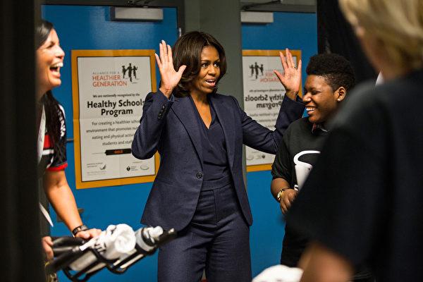 2015年2月5日,美國第一夫人米歇爾.奧巴馬在紐約上西區的愛德華雷諾茲西城高中與學生互動。(Andrew Burton/Getty Images)
