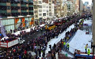 图:新英格兰爱国者队为庆祝超级杯胜利于2月4日在波士顿市中心搭乘鸭子船游行,上百万粉丝夹道欢迎。(宁静/大纪元)