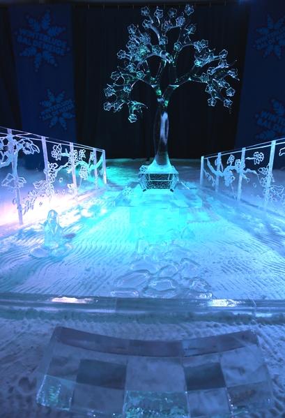 """来自世界各地的冰雕艺术家为2015年渥太华国际冰雪节制作的冰雕。图为美国艺术家 AAron Costic 和 Sarah Costic 的""""樱花开""""(Cherry Blossom)(任乔生/大纪元)"""