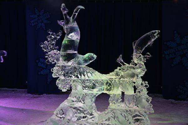 """来自世界各地的冰雕艺术家为2015年渥太华国际冰雪节制作的冰雕。图为加拿大育空艺术家Kanbayashi and Takaski Ito 的作品""""飞溅""""(Splash)(任乔生/大纪元)"""