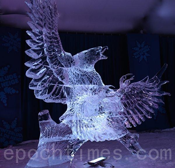 """来自世界各地的冰雕艺术家为2015年渥太华国际冰雪节制作冰雕。图为获得小组类二等奖的菲律宾冰雕艺术家Ross 和 Antonio Baisas 的作品——""""鹰爪的影子"""" (Eagle Hand Shadow)。(任乔生/大纪元)"""
