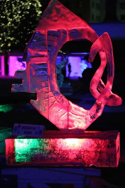 来自世界各地的冰雕艺术家为2015年渥太华国际冰雪节制作冰雕。(任乔生/大纪元)