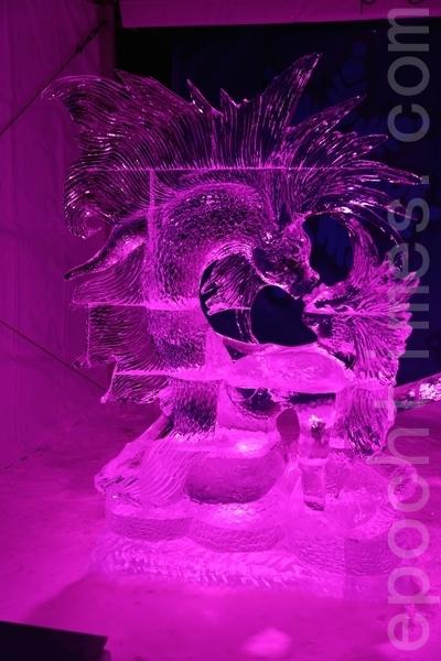 """来自世界各地的冰雕艺术家为2015年渥太华国际冰雪节制作冰雕。马来西亚艺术家Kee Gawah的""""幻想""""(Illusion) (任乔生/大纪元)"""