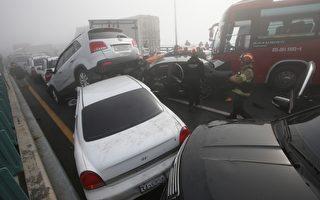 2015年2月11日早上南韓仁川機場附近跨海大橋公路發生100多輛汽車的連環車禍,圖為消防人員搜救困在車中的生還者。(AFP PHOTO/YONHAP)