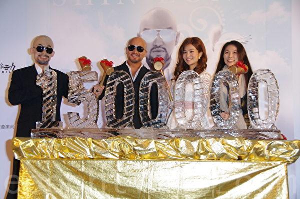 辛龙于2015年2月11日在台北举行数位单曲《快乐》发片记者会。图为辛龙数位单曲《快乐》庆功 (黄宗茂/大纪元)