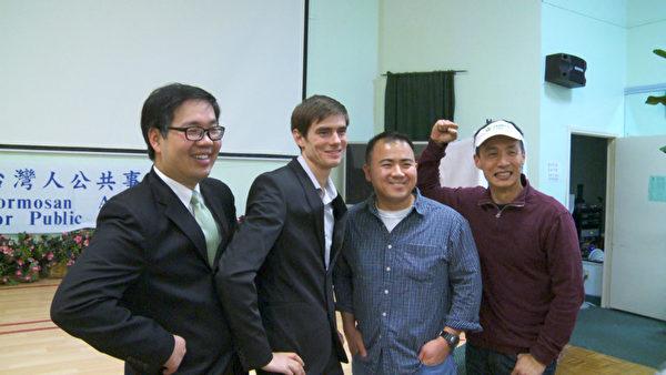 郝毅博參加「自由中國」洛城放映會,與觀眾合影。(楊陽/大紀元)