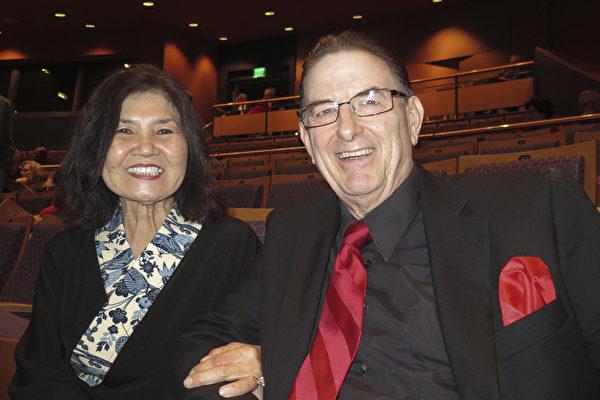 曾在美国大型连锁店Burlington Coat Factory担任经理的Ray Megyeri先生与朋友Yoko Lien观看了2月11日晚神韵世界艺术团今年在亚利桑那州梅沙市艺术中心(Mesa Arts Center)池田剧院(Ikeda Theater)的首场演出。(马有志/大纪元)
